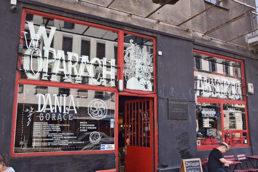 """Warszawa, ciekawe miejsca. Ulica Ząbkowska - deptak. Pub """"W oparach absurdu"""""""
