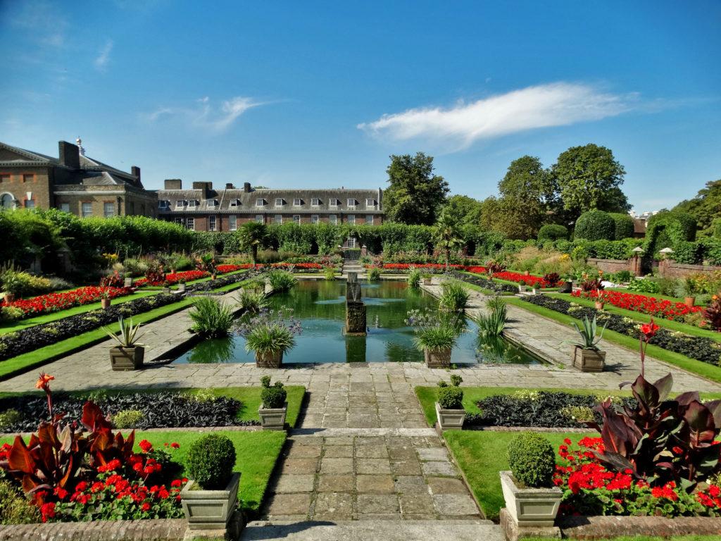 Kensington Gardens (tutaj latem), okolice pałacu Kensington.