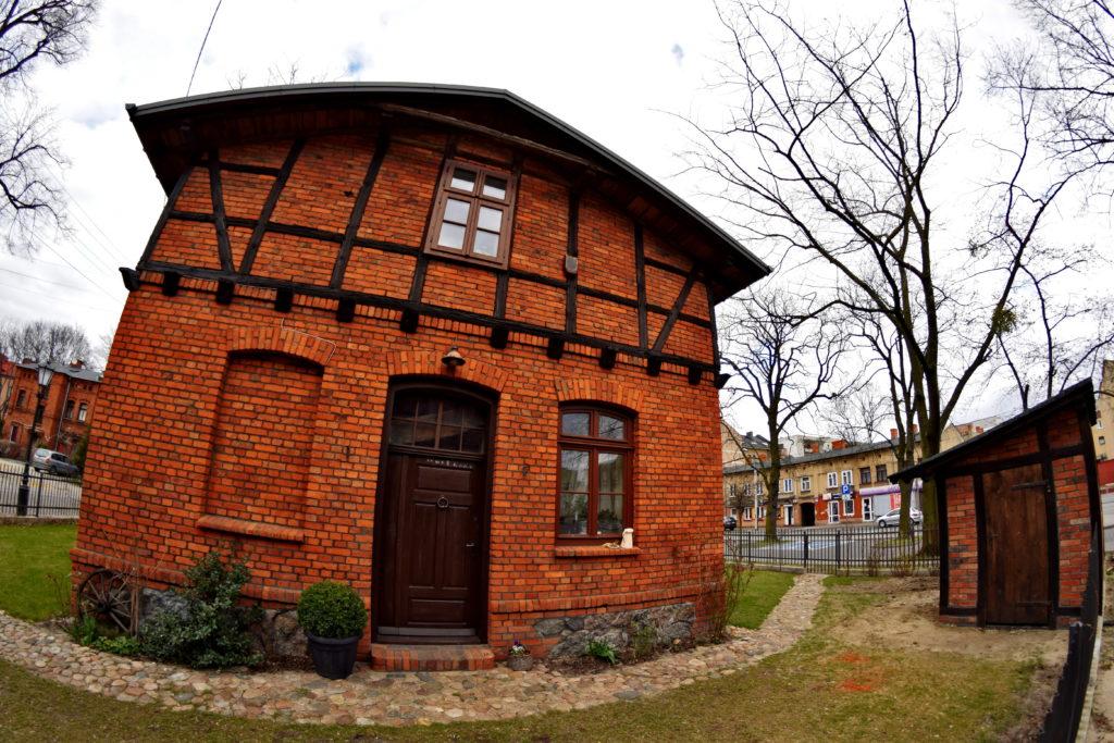 Żyrardów rewitalizacja, Malutkie, pięknie odnowione domki, wzdłuż ulicy Mireckiego. Kiedyś służyły jako domy tkaczy.