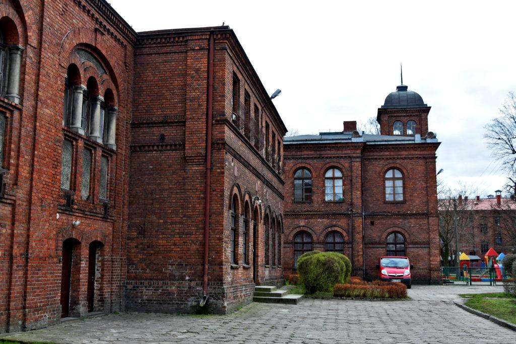 Żyrardów, Ochronka, czyli instytucja socjalna dla dzieci robotników, działająca przy fabryce lnu od 1875 roku. Dzisiaj w okazałych murach znajduje się miejskie przedszkole.