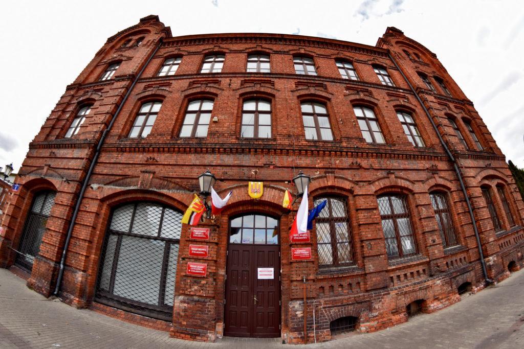 Żyrardów, Ratusz miejski na placu Jana Pawła II. Budynki z czerwonej cegły.