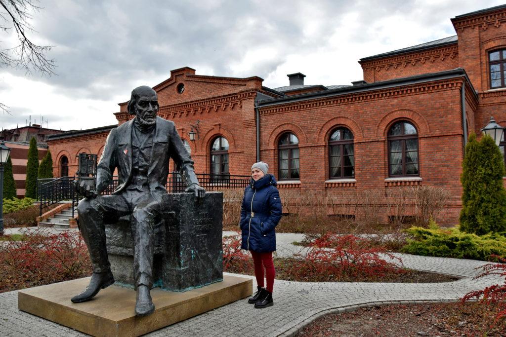 Żyrardów, resursa, pomnik. Filip de Girard - od niego się wszystko zaczęło. Pomnik francuskiego inżyniera stoi przed wyremontowanym budynkiem Resursy przemysłowej.