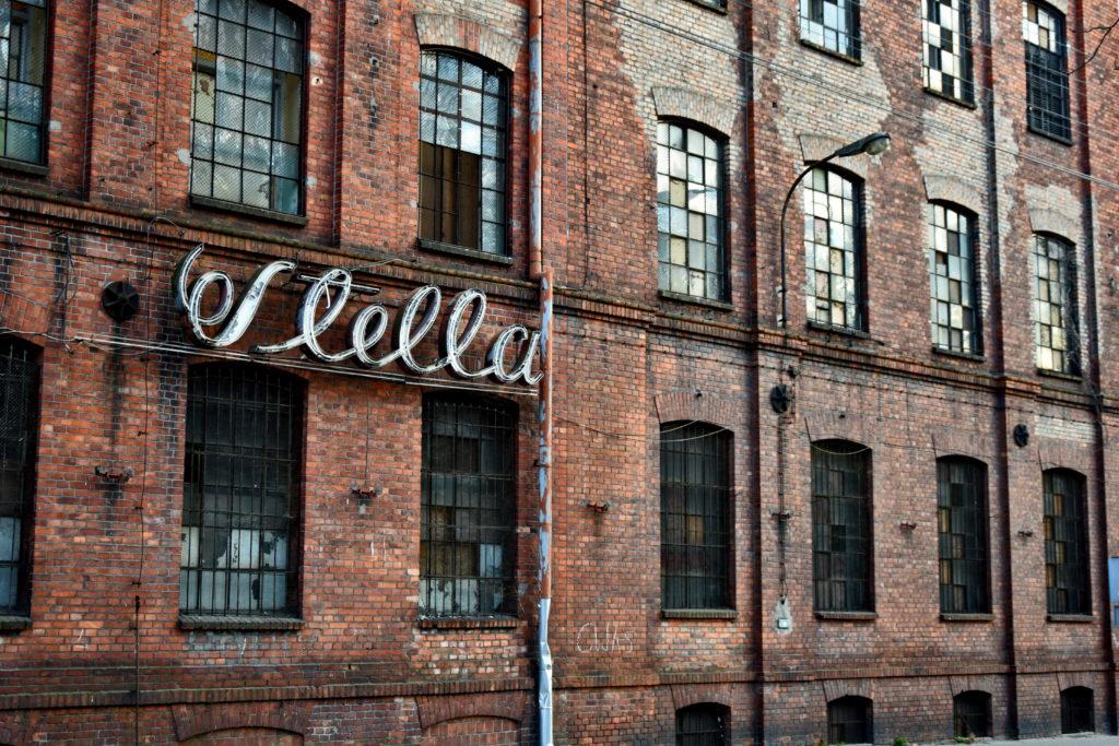 """Żyrardów, Pończoszarnia Stella. Okazały budynek Pończoszarni zachował nawet historyczny neon. Przedsiębiorstwo """"Stella"""" w czasach świetności zatrudniało nawet 1600 osób."""