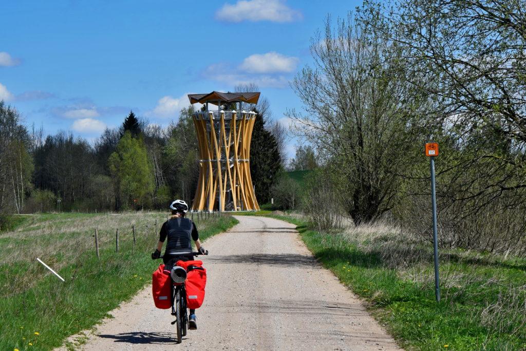 Wyprawa rowerowa po suwalszczyźnie. Fragment szlaku GreenVelo na Suwalszczyźnie. Najlepiej przygotowany szlak rowerowy w Polsce oferuje punkt odpoczynku wraz z wieżą widokową nad pobliskim jeziorem.