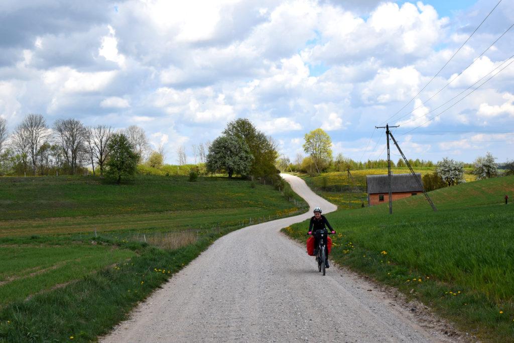 Suwalszczyzna - wyprawa rowerowa. Jazda wyboistym szutrem to nie to samo, co gładkim asfaltem. Warto wziąć ten aspekt pod uwagę przy planowaniu trasy.