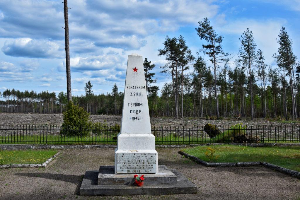 Bory Tucholskie, pomnik żołnieży radzieckich. Po drodze natrafiamy na smutny, trochę zapomniany pomnik Bohaterom ZSRR. Pod ziemią znajduje się masowa mogiła prawie czterystu nieznanych żołnierzy, którzy ponieśli śmierć za wolność.