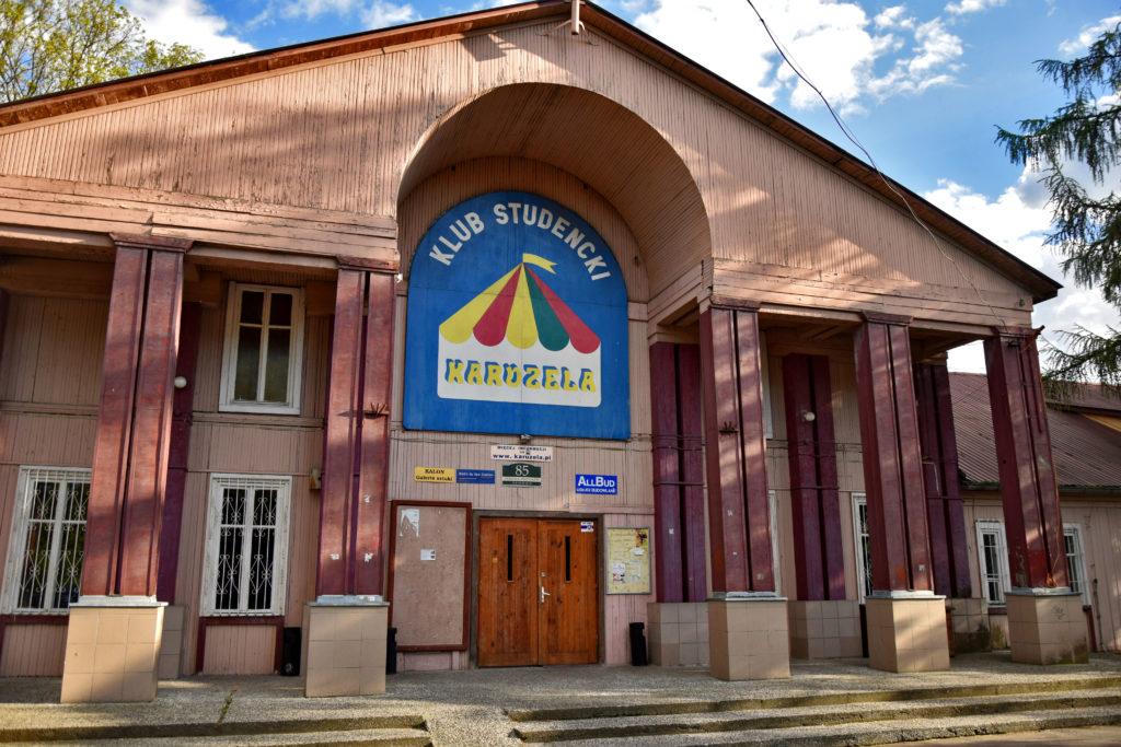 Osiedle Przyjaźń w Warszawie - klub studencki Karuzela. Gdzie Los Poniesie. Foto: Dawid Białowąs