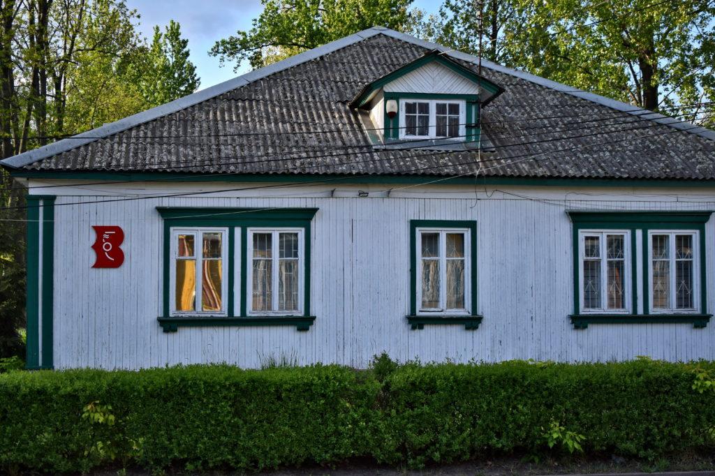Os. Przyjaźń w Warszawie. Jeden z parterowych baraków jest w całości przeznaczony na osiedlową bibliotekę.Foto: Dawid Białowąs (blog Gdzie Los Poniesie)