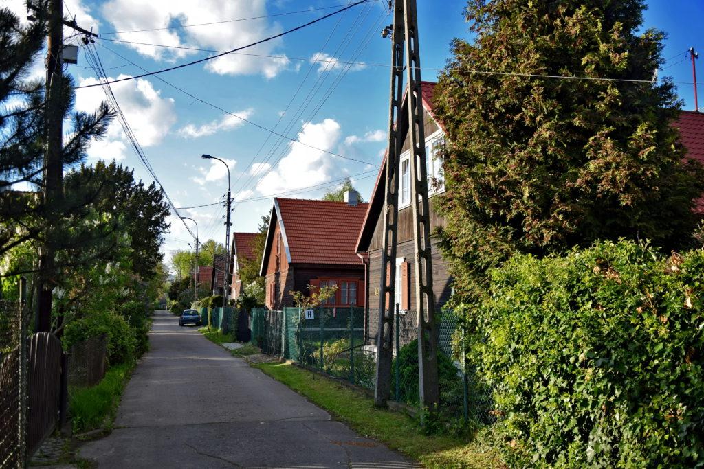 Część domów jednorodzinnych (w sumie jest ich 77). Osiedle Przyjaźń w Warszawie - Gdzie Los Poniesie