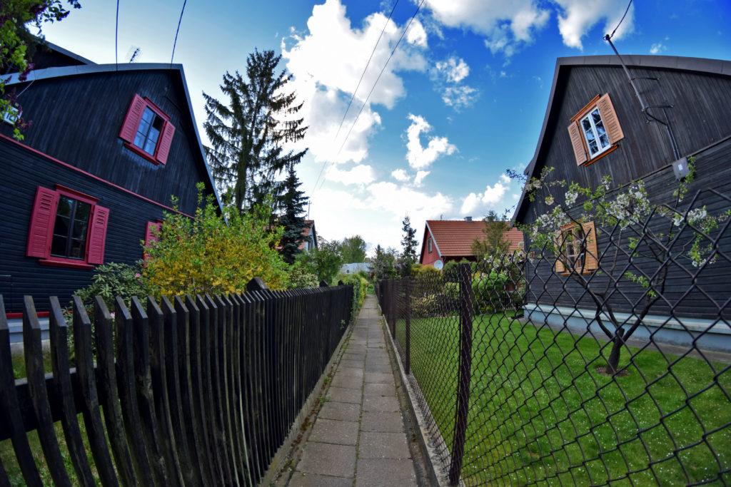 Osiedle Przyjaźń w Warszawie - domy jednorodzinne. Gdzie Los Poniesie