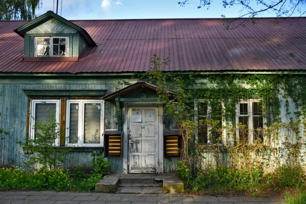 Osiedle Przyjaźń - Gdzie Los Poniesie. Foto: Dawid Białowąs. Do pawilonów wielorodzinnych jest jedno wejście - dopiero z korytarza wchodzi się do poszczególnych mieszkań.