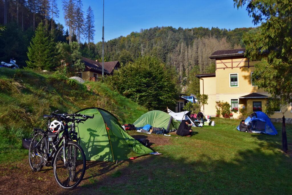 Saksońska Szwajcaria Pole namiotowe Ostrauer Mühle to dobra opcja dla rowerzystów i kamperów. Najciekawsze atrakcje Saksońskiej Szwajcarii są oddalone od tego miejsca o zaledwie kilka kilometrów.