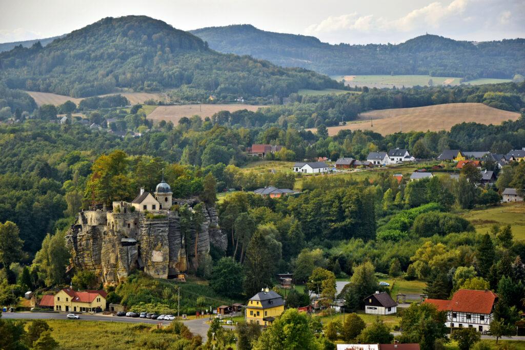 Widok na zamek Sloup z górnego poziomu Jaskini Samuela. Czeska Szwajcaria