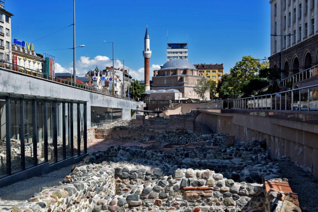 Ruiny starożytnej Serdiki z meczetem Bania Baszi Dżamija w tle. Tuż przed nim znajduje się wejście do stacji metra.