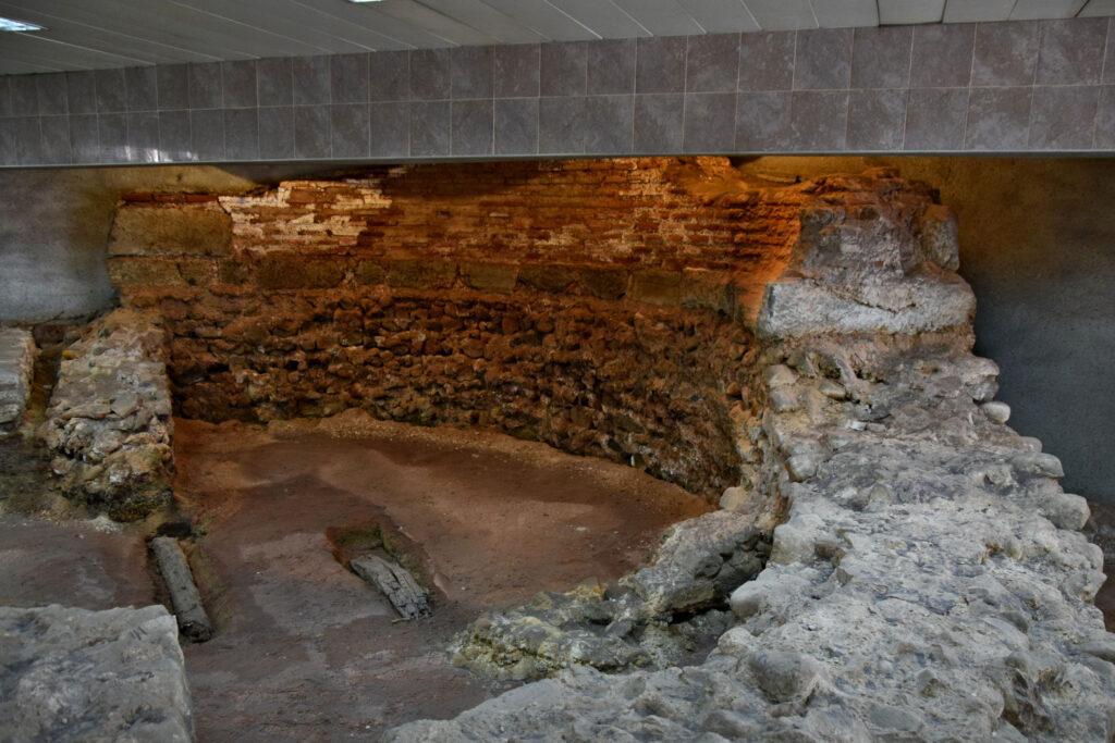 Część ruin znajduje się bezpośrednio w przejściu podziemnym, właściwie przy samym wejściu na stację metra.