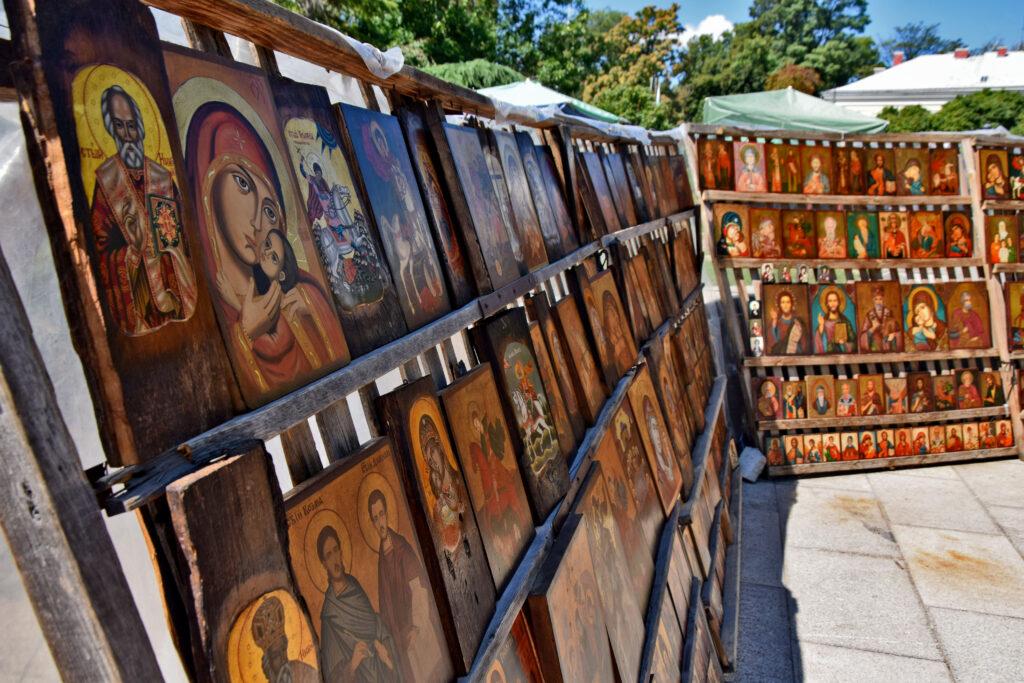 W sąsiedztwie Soboru św. Aleksandra Newskiego codziennie funkcjonuje niewielki bazar z pamiątkami - znajdziemy tu nie tylko dewocjonalia, warto się pokręcić.