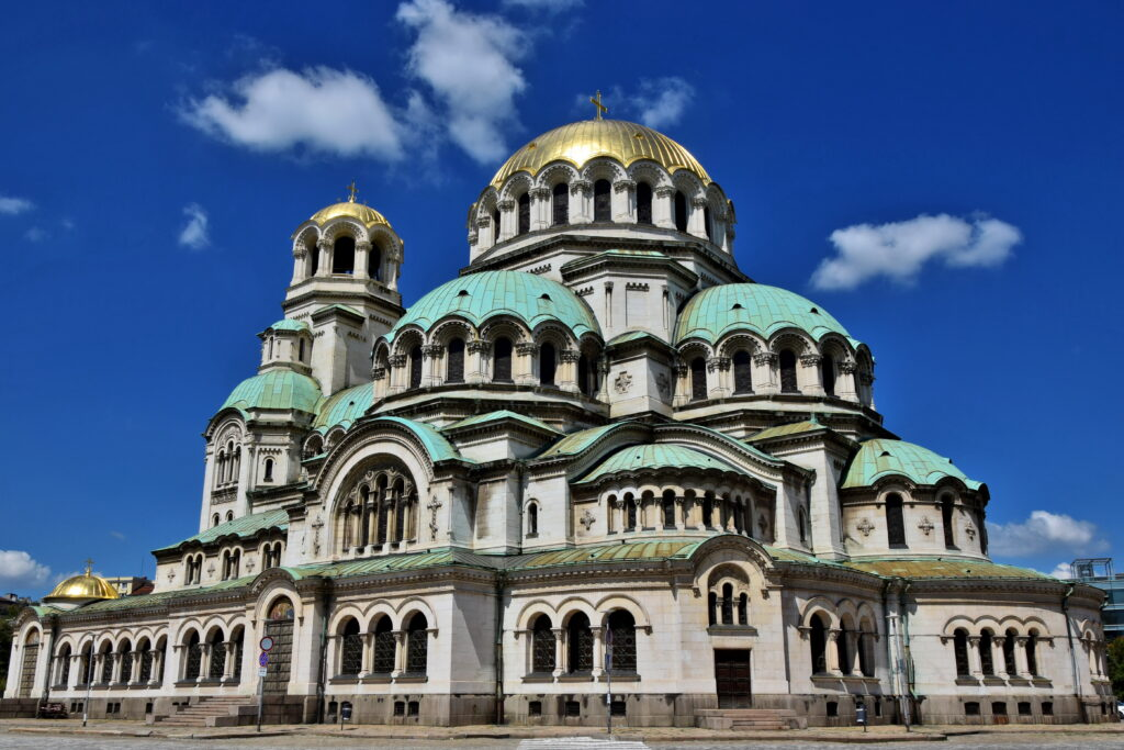 Ogromny Sobór św. Aleksandra Newskiego dominuje nad okolicą. Zanim wejdziemy do środka warto obejść budynek, który, ze względu na liczne detale, z każdej strony wygląda nieco inaczej.