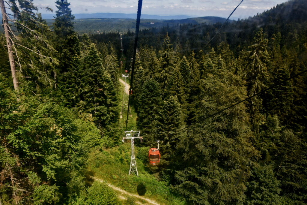 Kolejka gondolowa - widok w stronę Borowca. W ciągu 20-minutowej podróży wjeżdżamy na szczyt Jastrebec (2369 m). Musała stamtąd już niedaleko!