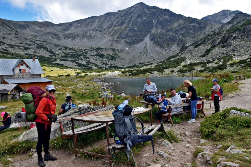 Musała Hut - schronisko malowniczo położone w dolinie z doskonałym widokiem na najwyższy szczyt Bułgarii - Musała (2925 m).
