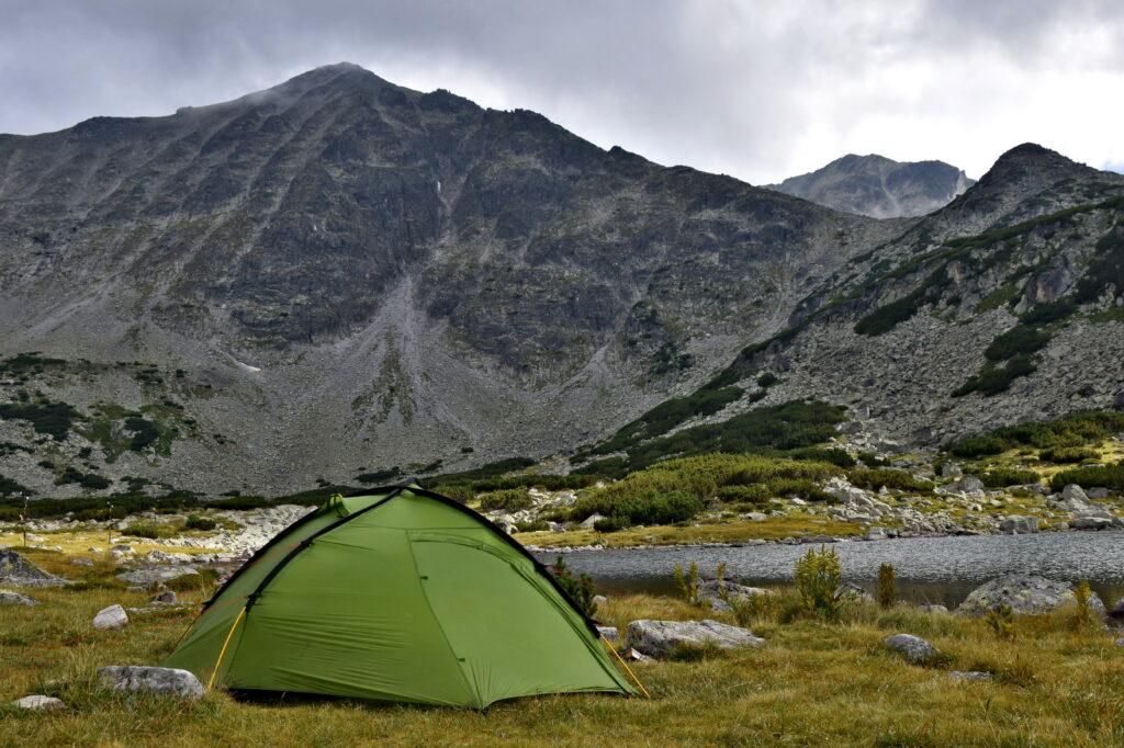 Musała - namiot z widokiem na najwyższy szczyt Bułgarii. Chociaż jesteśmy w Parku Narodowym, rozbijanie się w sąsiedztwie schronisk (po wcześniejszym wskazaniu dogodnego miejsca przez obsługę), jest dozwolone. Dla takiego widoku z rana warto było trochę zmarznąć ;)