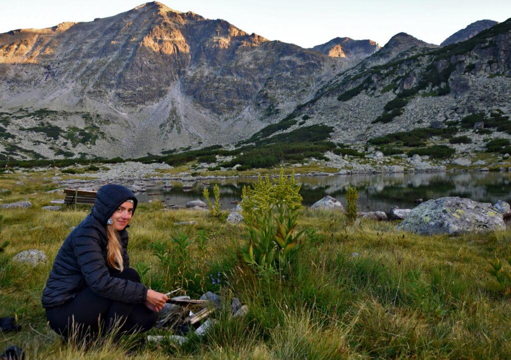 Musała Hut, Bułgaria. Rozpalamy ognisko z widokiem na najwyższy szczyt Bułgarii.