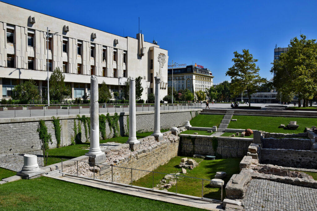 Plovdiv (Płowdiw). Rzymskie ruiny na placu Centralnym - na drugim planie gmach miejskiej poczty.