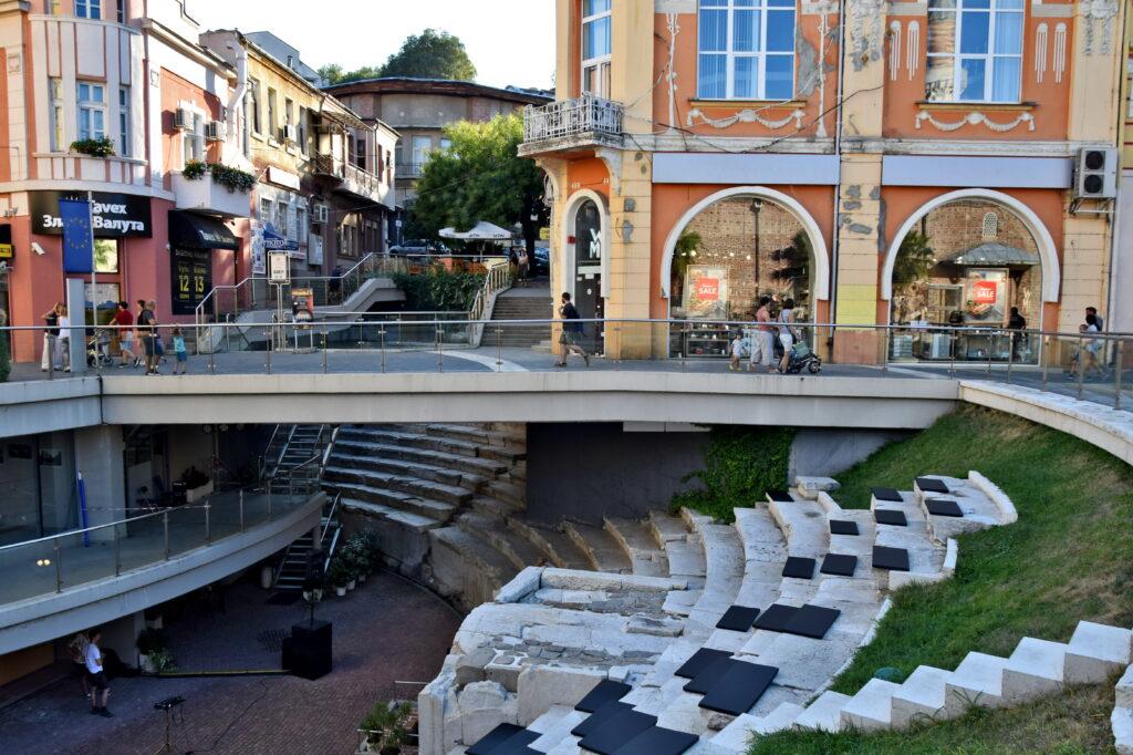 Plovdiv, Płowdiw. Ancient Stadium of Philipopolis. Starożytny stadion, nowocześnie wkomponowany we współczesną tkankę miejską. Jak Wam się podoba taka przebudowa?