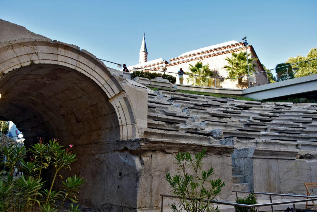Plovdiv, Płowdiw. Ancient Stadium of Philipopolis. Starożytny stadion, nowocześnie wkomponowany we współczesną tkankę miejską.