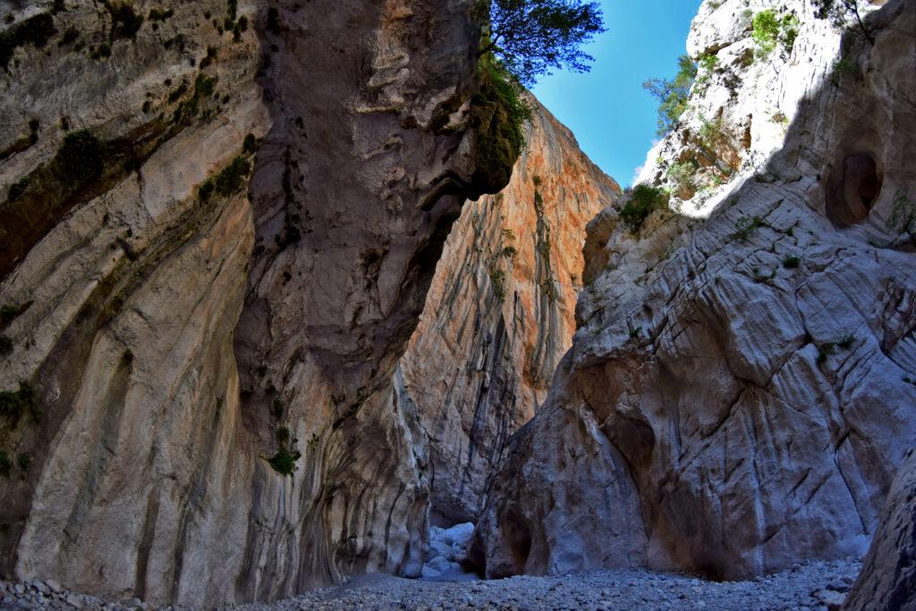 Najwęższy punkt wąwozu Su Gorropu - przed nami półkilometrowa, pionowa ściana. Sardynia