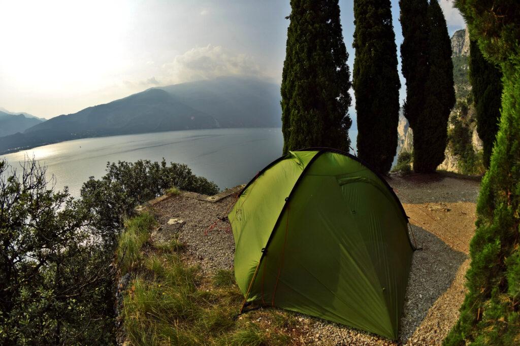 Via Ponale jezioro garda namiot
