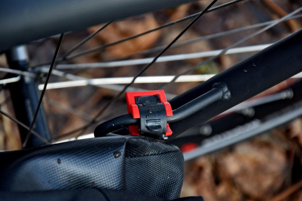 Wszystkie sakwy rowerowe Extrawheel posiadają system mocujący klick-fix, uniemożliwiający spadek sakwy z bagażnika.