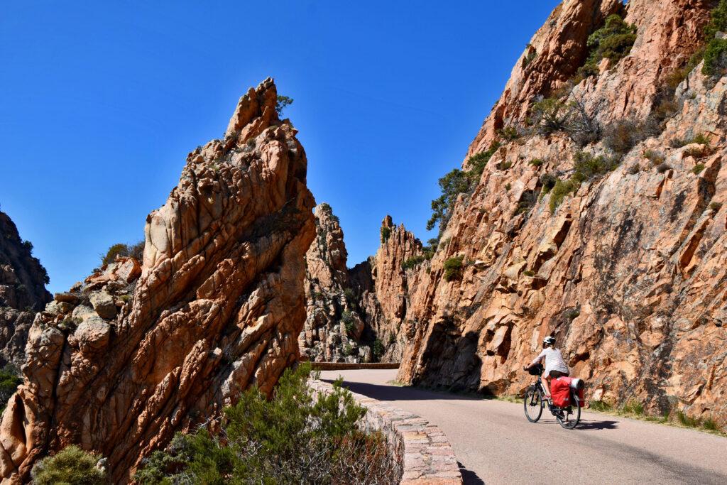 Calanques de Piana Korsyka - najpiękniejsza droga, czerwone skały. Korsyka na rowerze