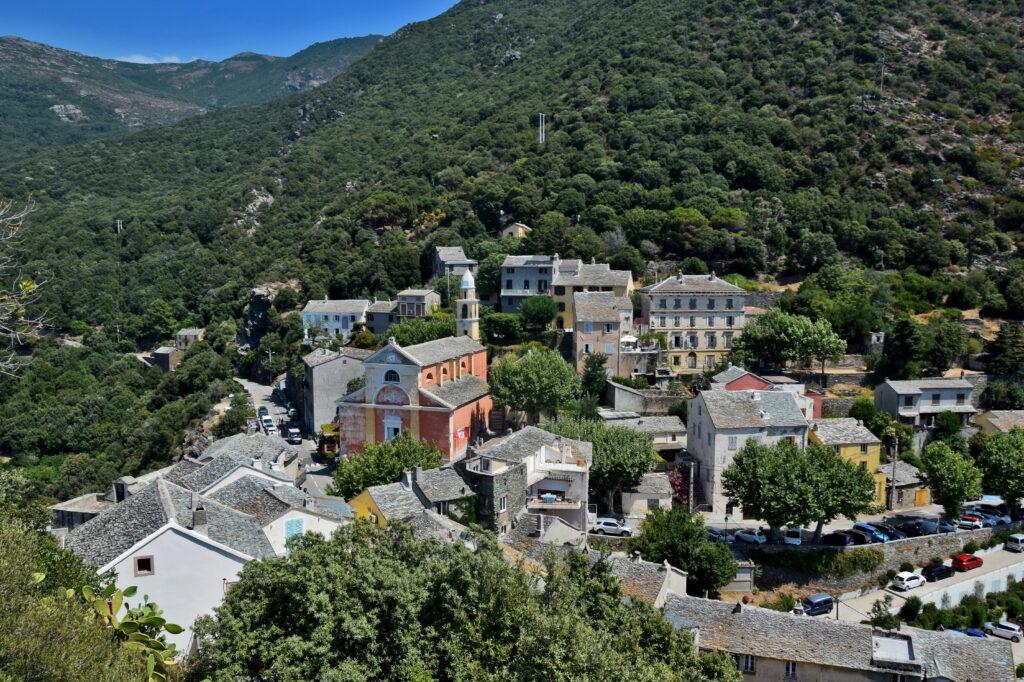Nonza Cap Corse widziana z punktu widokowego (wieża genueńska).