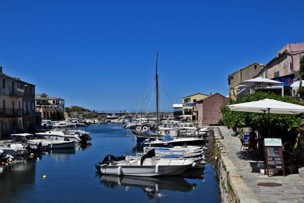 Porto de Centuri Corse, Korsyka. Spokojne portowe miasto. Cap corse