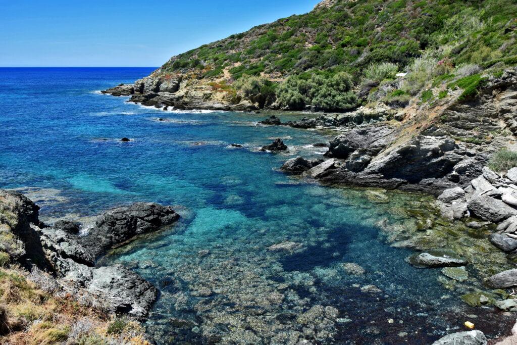 Pieszy szlak, okalający północną część Cap Corse, rozpoczyna się w ostatniej miejscowości na zachodnim wybrzeżu (Porto de Centuri), a kończy w pierwszym miasteczku na wschodzie (Marcinaggio).