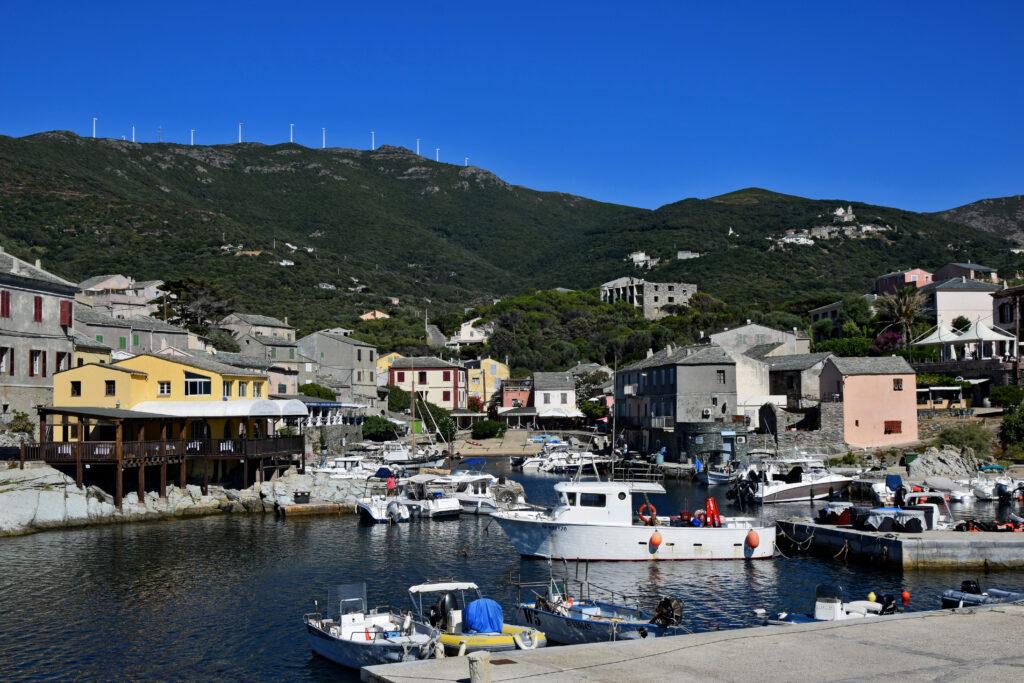 Porto de Centuri Corse, Korsyka. Spokojne portowe miasto