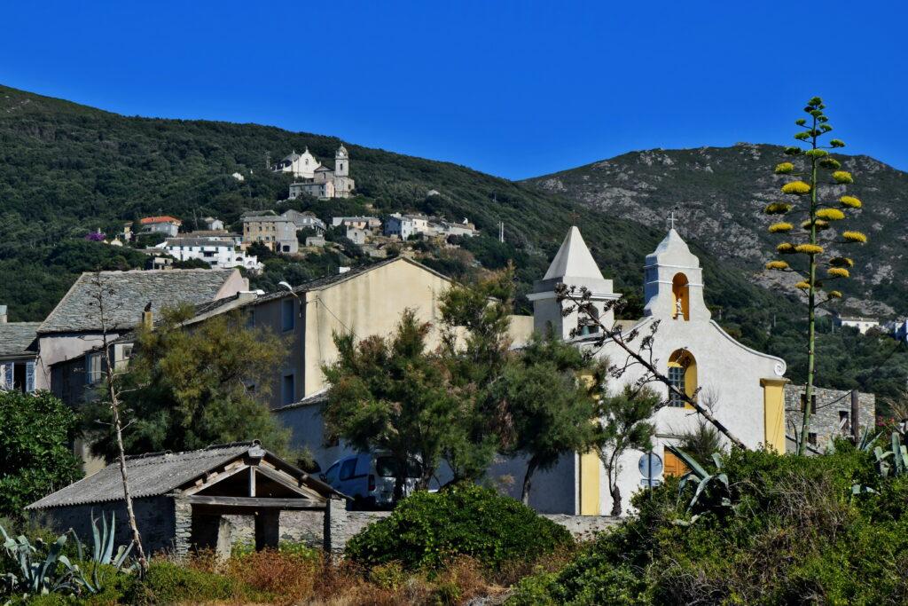 Porto de Centuri Corse, Korsyka. Spokojne portowe miasto. Cap corse kościół
