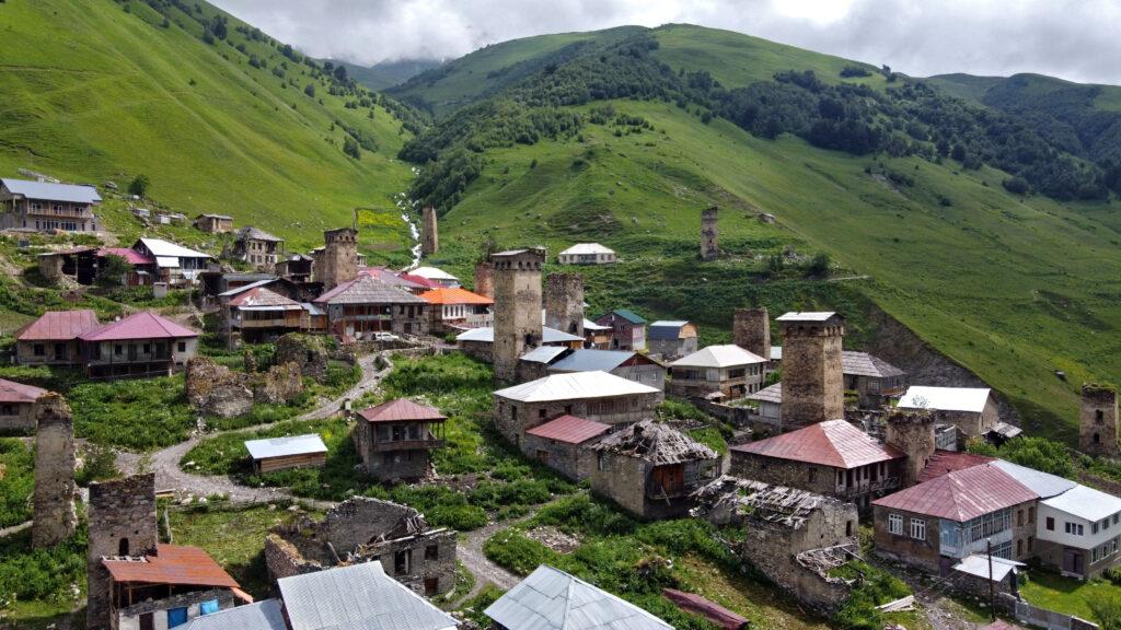 Adishi - swańska wieża - trekking z Mestii do Ushguli.