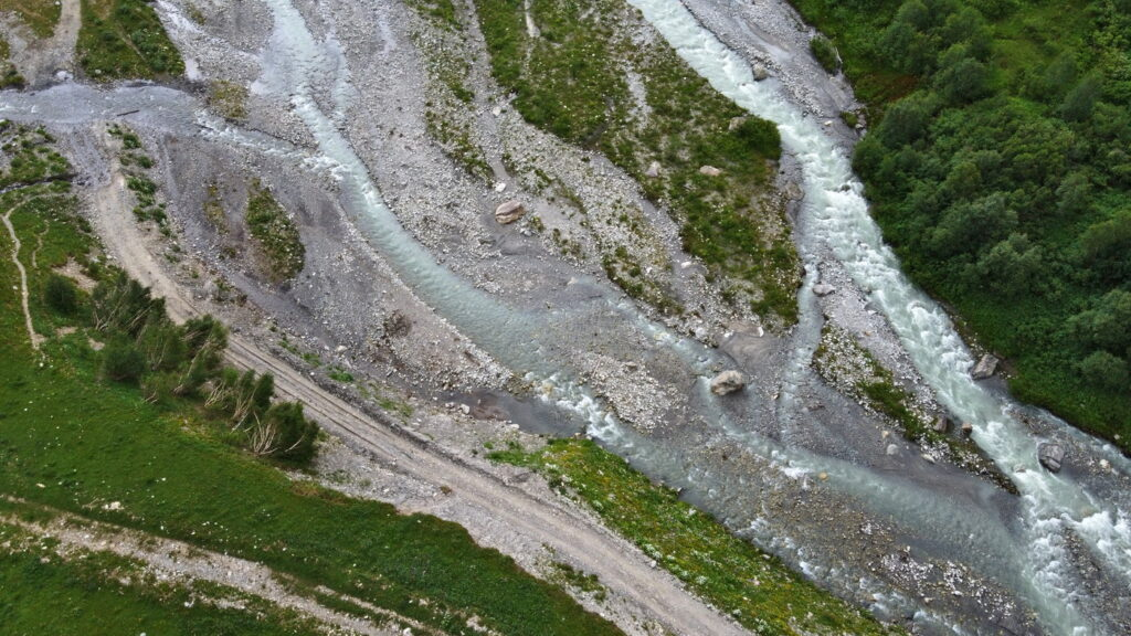 Lodowiec Shkhara rzeka Inguri, trekking z Ushguli. Gruzja, gdzie los poniesie