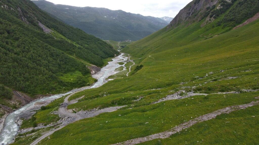 Dolina rzeki Inguri. Ushguli - lodowiec Shkhara trekking. Swanetia