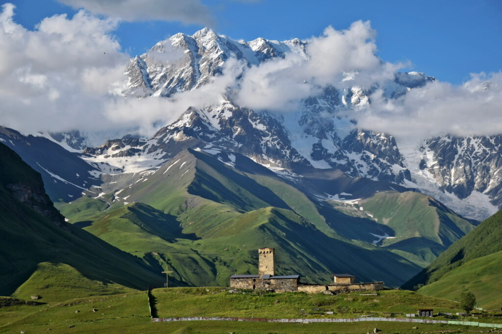 Kaukaz Gruzja Ushguli - widok na lodowiec Shkhara. Gdzie Los Poniesie