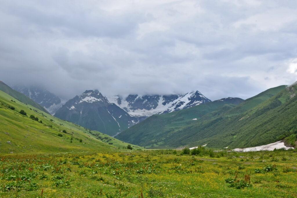Kaukaz Swanetia dolina rzeki Inguri - trekking na lodowiec Shkhara
