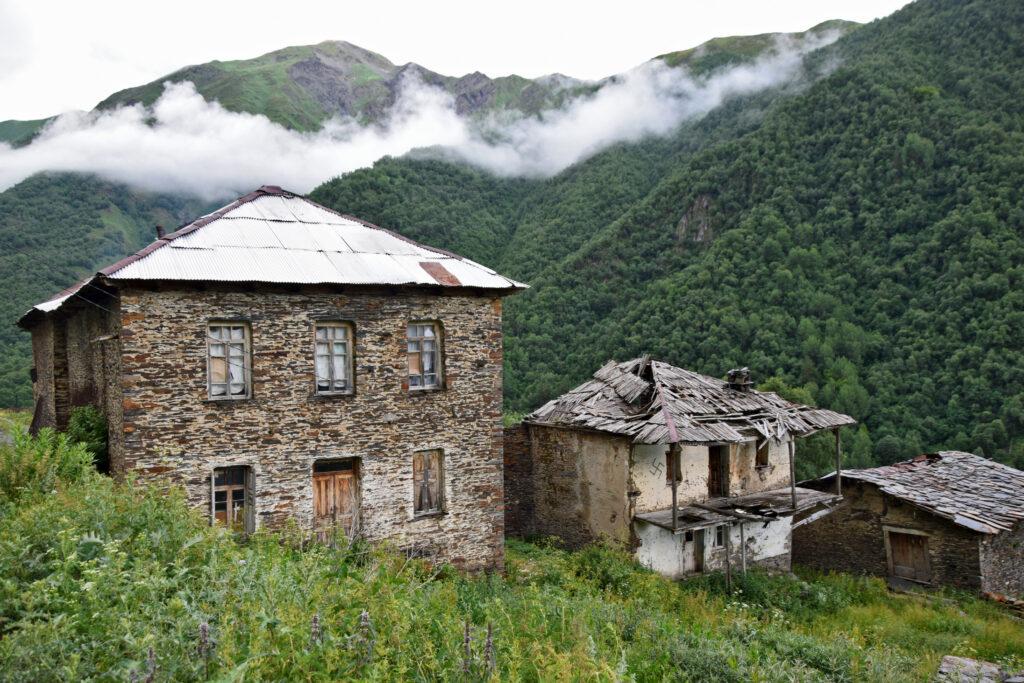 Khalde Swanetia - opuszczone domy kamienne. Kaukaz.