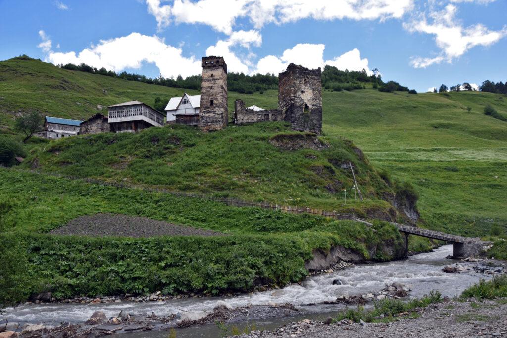 Trasa z mestii do Ushguli - wieś Davberi, swańska wieża