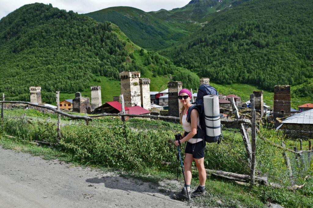 Murkmeli to pierwsza część Ushguli, którą mijamy wchodząc (wjeżdżając) od strony Mestii. Na drugim planie widać dolinę, którą prowadzi szlak do ruin zamku (punkt widokowy na Ushguli) i na szczyt Gvinari.