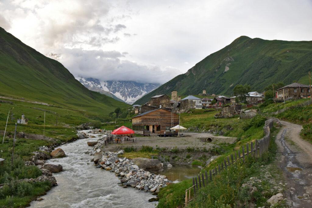Ushguli restauracja bar, knajpa nad rzeką. Kaukaz